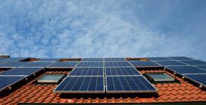 איך בוחרים פאנלים סולריים לגג הפרטי